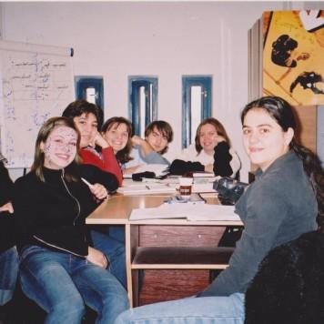 Conf. univ. dr. Raluca Petre împreună cu promoţia 2005 (în imagine: Anca Mureşan, Andra Marin, Radu Nicola, Ana Maria Dan, Raluca Tărnăuceanu, Cătălin Florea) , în Sala 246, primul laborator al Specializării Jurnalism