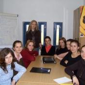 Lect. univ. dr. Mariana Tocia împreună cu Iustina Micu, Lavinia Dănciuc, Elisabeta Ureche, Ada Codău, Cristina Lazăr, Daniela Ivanciu, Mirabela Diaconu şi Oana Crăciun (studenţi ai promoţiei 2003-2007), în sala 246