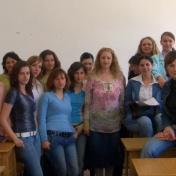 Lect. univ. dr. Mariana Tocia împreună cu studenţii promoţiei 2003-2007