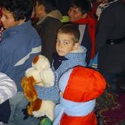 """Nazarcea, 2009, Specializarea Jurnalism, promoţia 2008-20011, împreună cu elevii Colegiului """"Virgil Madgearu"""" împart cadouri copiilor nevoiaşi"""