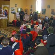 Copiii din Nazarcea, la slujbă, aşteptându-şi cadourile, 2009